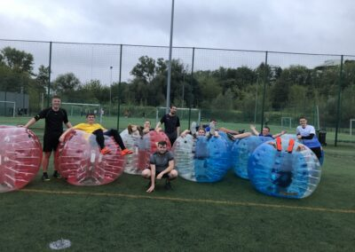 Zadowoleni uczestnicy zabawy w Bubble Football